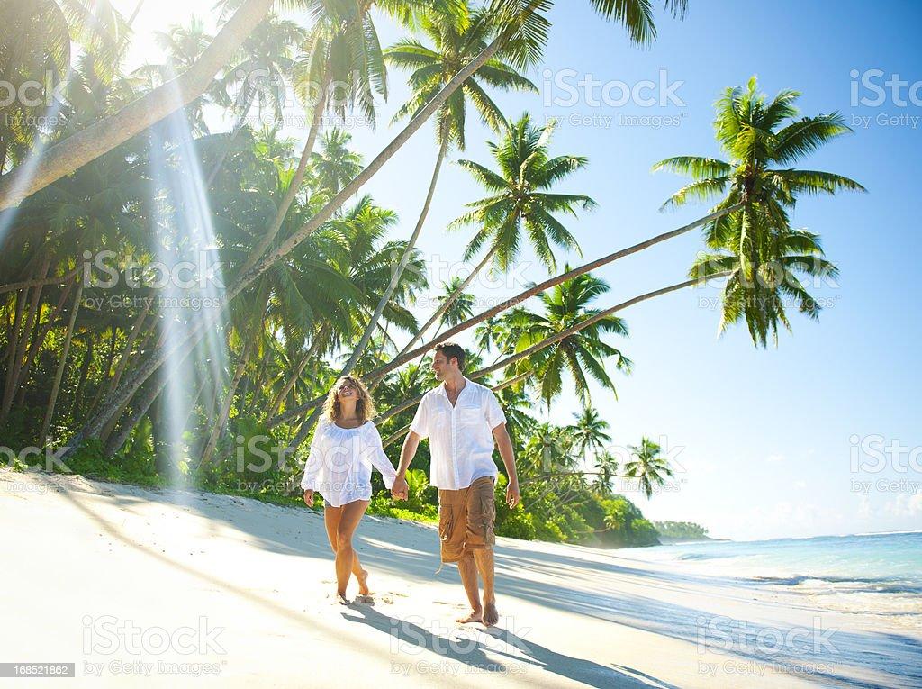 Junges Paar entspannenden auf einer idyllischen tropischen Strand – Foto