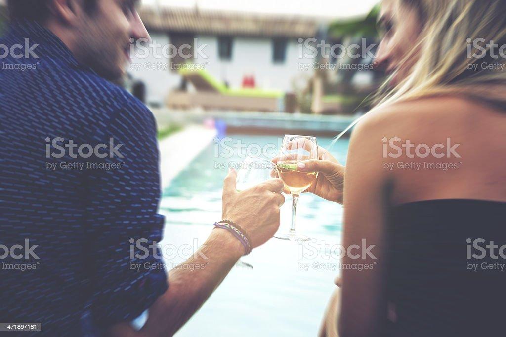 Jovem casal relaxando à beira da piscina - foto de acervo