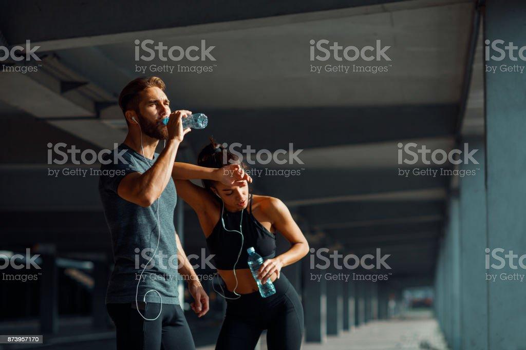 Junges Paar ruhen nach dem Joggen im urbanen Umfeld – Foto