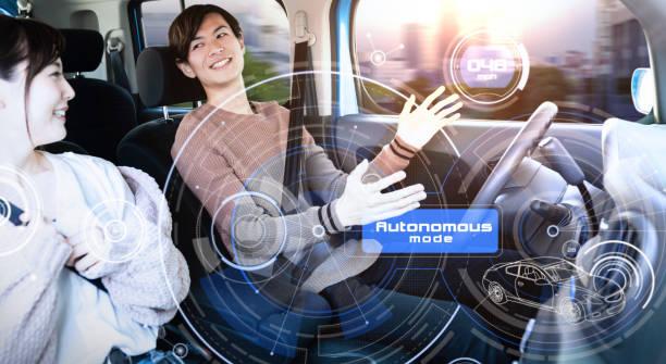 Ungt par ridning autonoma bil. bildbanksfoto
