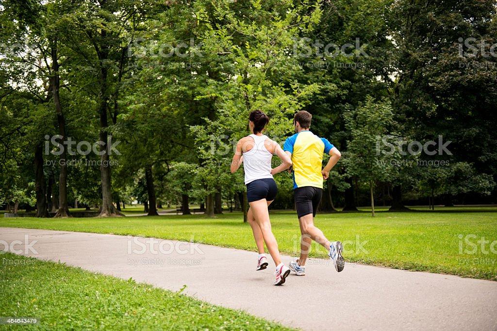 Joggen zusammen-Junges Paar beim Laufen – Foto