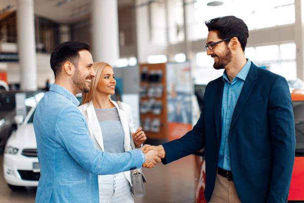 Junges Paar Hände schütteln nach einem erfolgreichen Autokauf – Foto