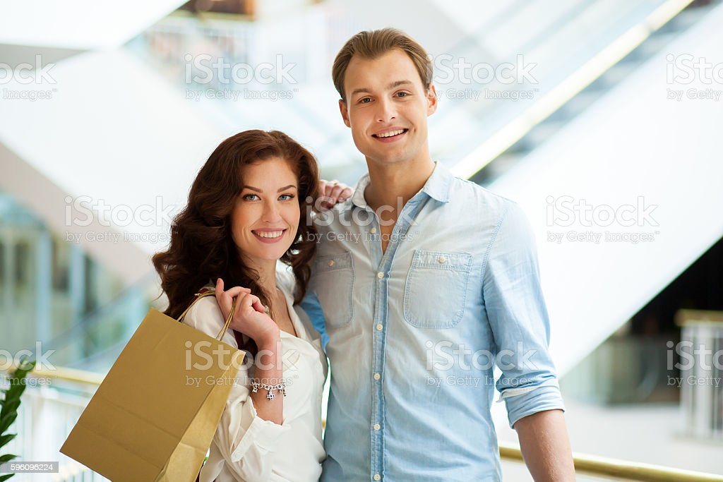 Young couple shopping and having fun together Lizenzfreies stock-foto