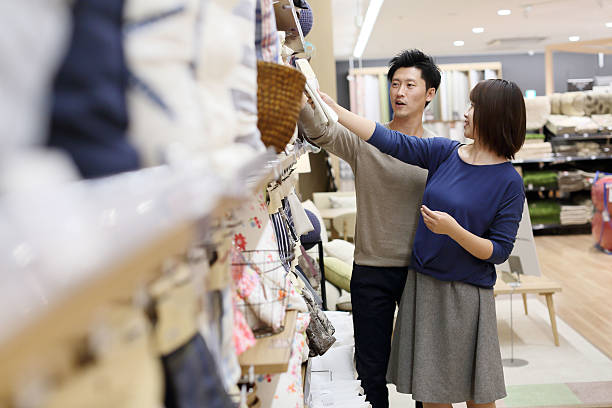 Young couple shopping together 一緒に買い物をしている若いカップル shopping couple asian stock pictures, royalty-free photos & images