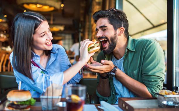 Junges Paar sitzt in einem Café, frühstücken. Love, Dating, Food, Lifestyle-Konzept – Foto