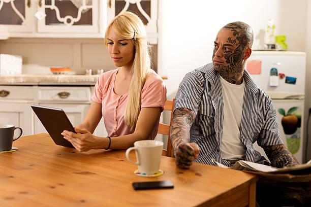 junges paar sitzbereich in der küche. - ehepaar tattoos stock-fotos und bilder