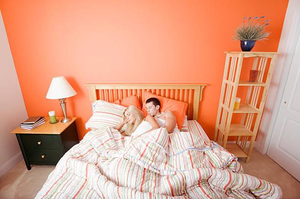 junges paar schlafen im bett - nachttischleuchte touch stock-fotos und bilder