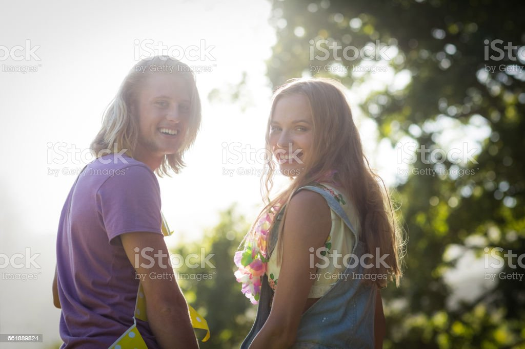 Young couple smiling in park foto stock royalty-free