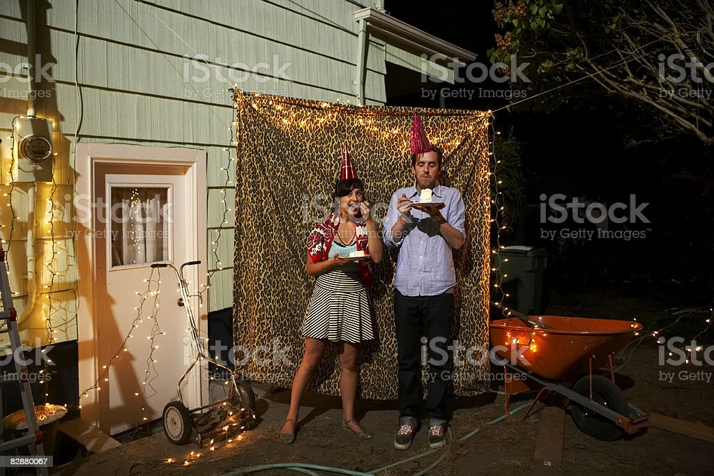 Giovane coppia standing in leopard tenda a parte foto stock royalty-free