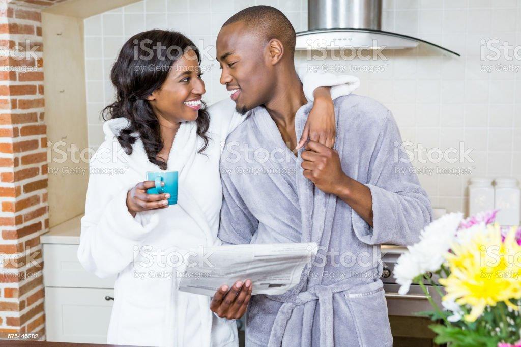 Jeune couple debout face à face dans la cuisine photo libre de droits