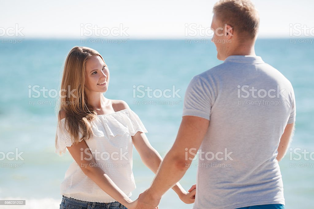 Young couple standing holding hands foto royalty-free