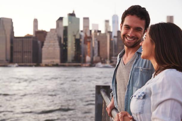 junges paar auf kai, seitenansicht - sightseeing in new york stock-fotos und bilder