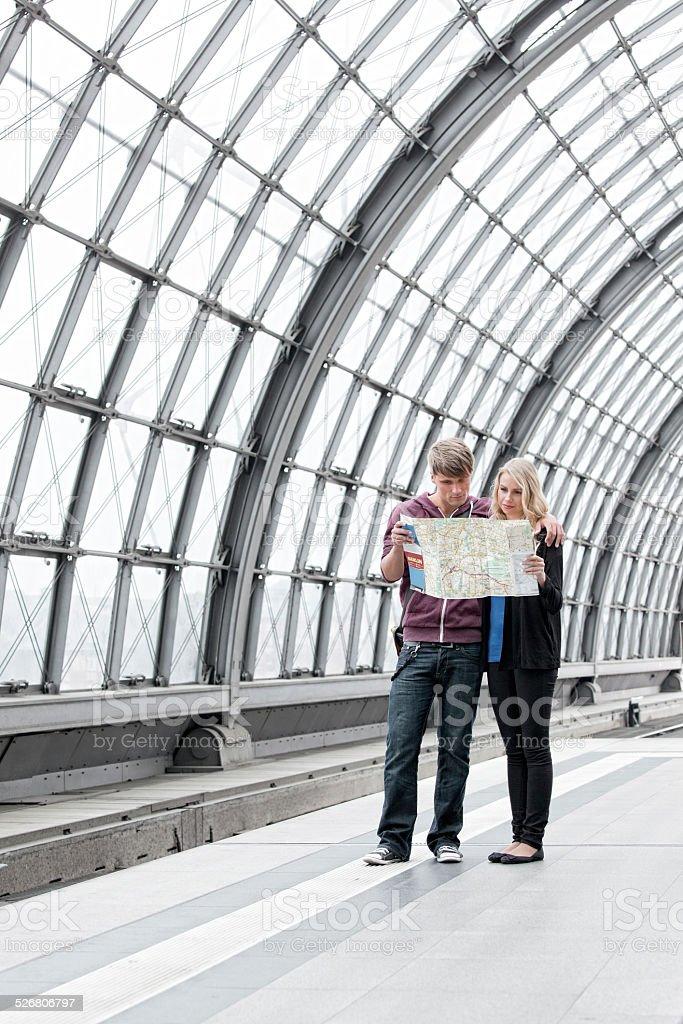 Junges Paar stehen auf dem Bahnsteig Blick in die Karte – Foto