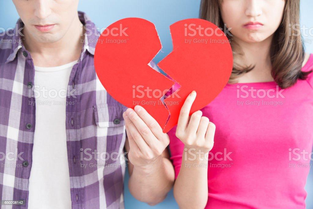 若いカップルは、傷ついた心を取る ストックフォト