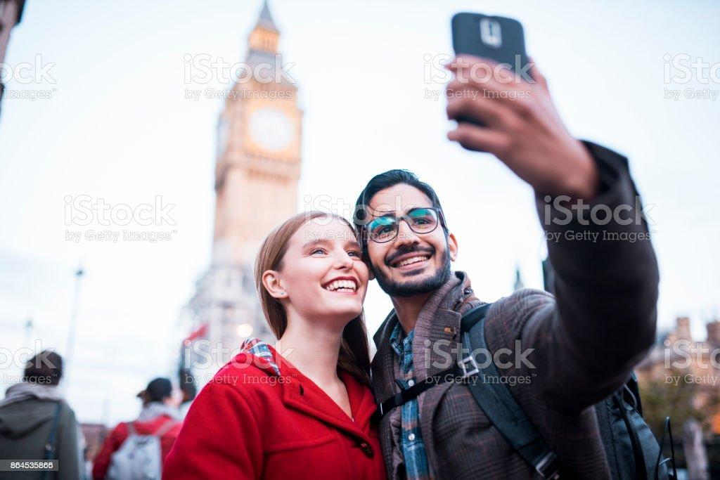 Junges Paar unter einem Selfie vor Big Ben – Foto