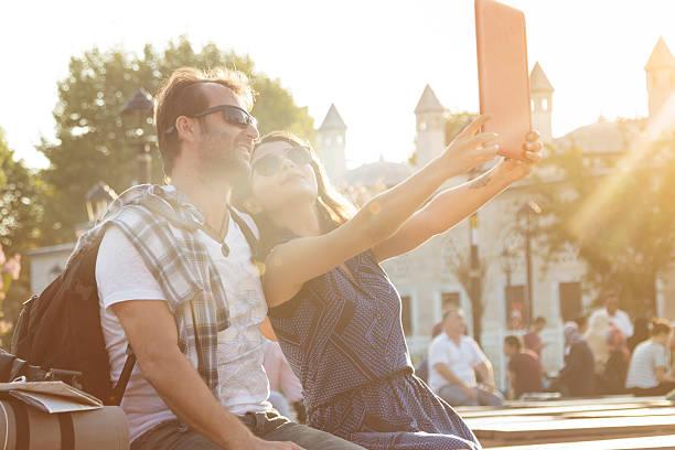 junges paar, die selfies in istanbul - jugendweihe 2016 stock-fotos und bilder