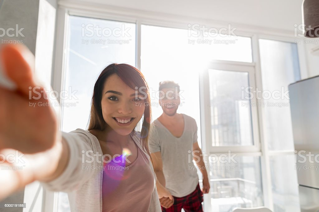 Young Couple Taking Selfie Photo Holding Hands In Kitchen, Asian – Foto