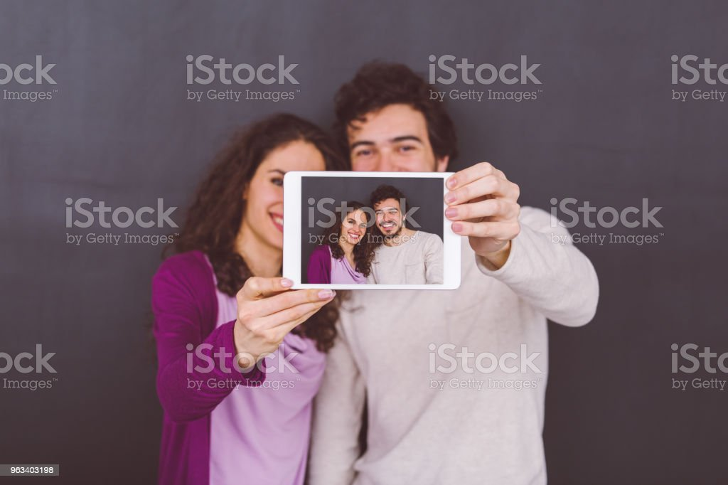 Young couple taking selfie - Zbiór zdjęć royalty-free (25-29 lat)
