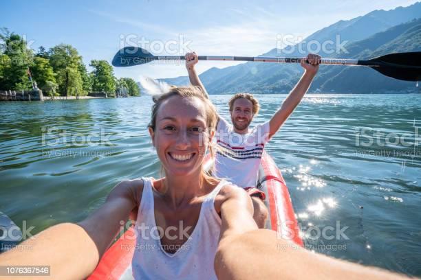 Jong Koppel Selfie Portretje In Rode Kano Op Bergmeer Stockfoto en meer beelden van 20-29 jaar