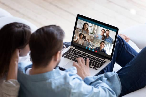 Junges Paar sprechen auf Video-Anruf mit verschiedenen Freunden – Foto