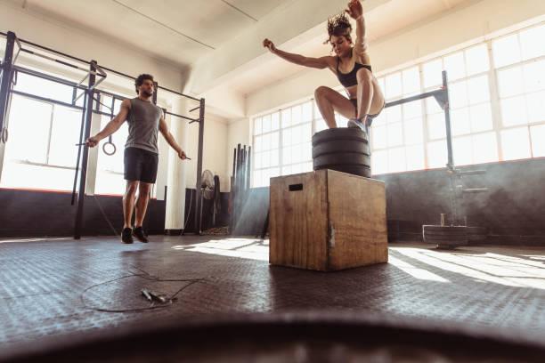 Formación de la joven pareja duro en el gimnasio - foto de stock