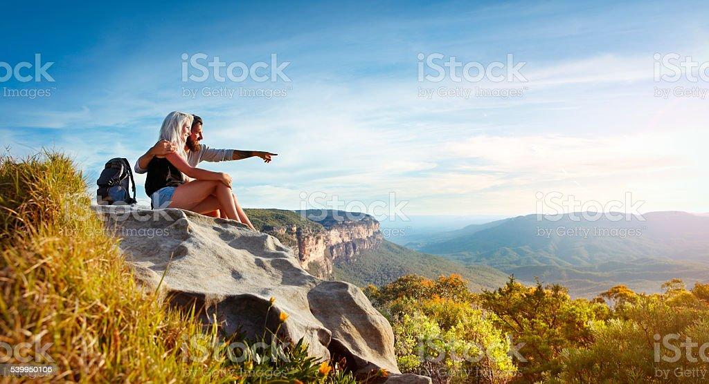 Junges Paar Sie in die Berge – Foto