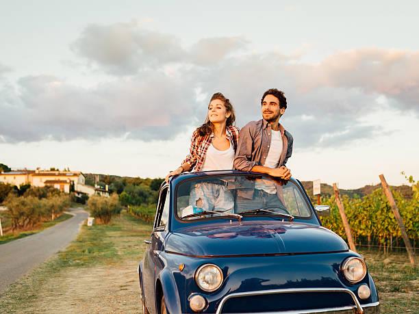 junges paar mit einem retro auto-reise - toskana ferien stock-fotos und bilder