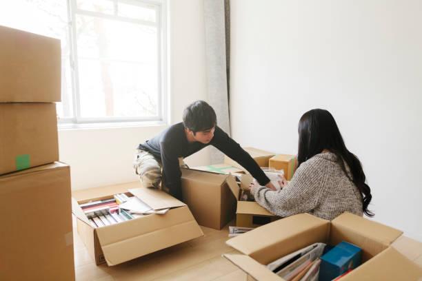 若いカップルの新居にボックス化解除ボックス - 新居 ストックフォトと画像
