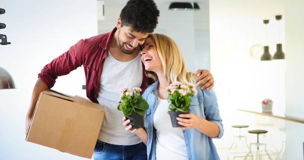 junges paar auspacken der kartons im neuen heim einziehen konzept - neue wohnung stock-fotos und bilder
