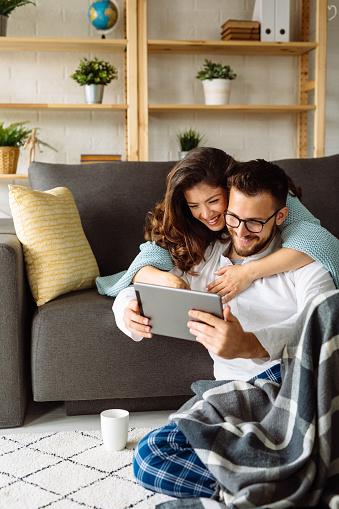 Junges Paar Mit Digitalem Tablet Zu Hause Stockfoto und mehr Bilder von Attraktive Frau