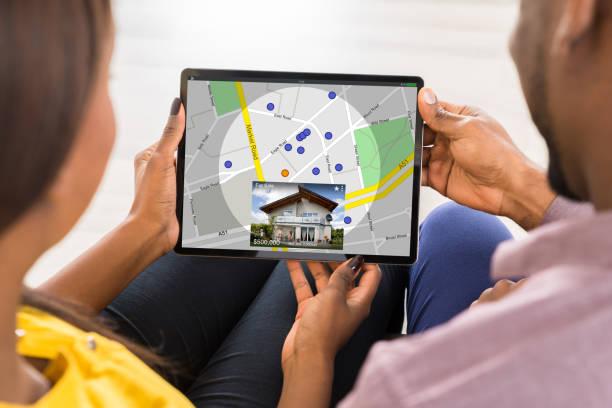 junges paar mit digitalen tablet - sucht stock-fotos und bilder
