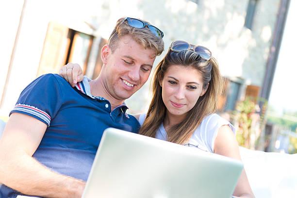 Junges Paar mit Laptop-computer auf Urlaub – Foto