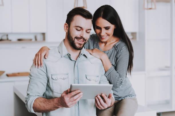 Junges Paar mit Tablet-PC in weiße Küche. – Foto