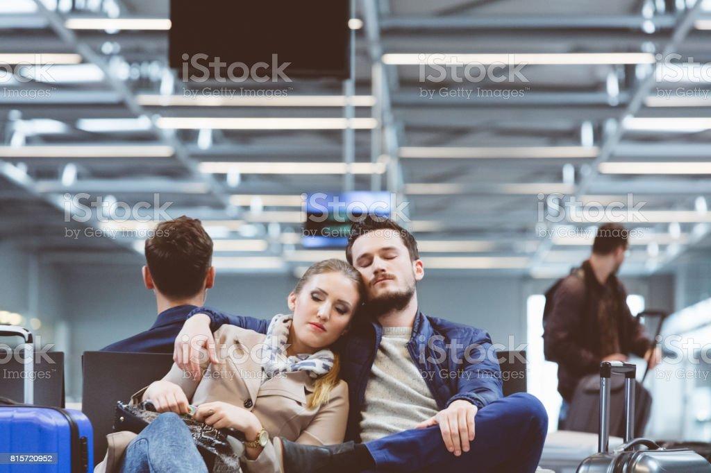Junges Paar Flug warten und schlafen Lizenzfreies stock-foto