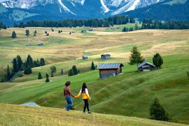 молодая пара, идущая по протяхе - плато стоковые фото и изображения