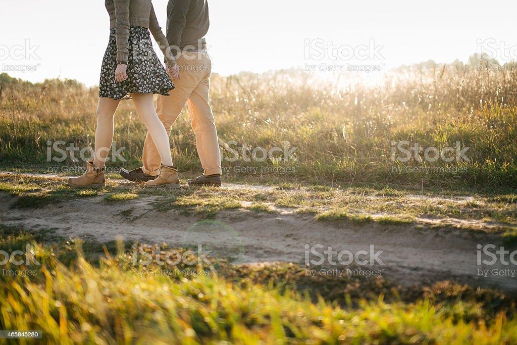 Junges Paar zu Fuß in den Sonnenuntergang – Foto