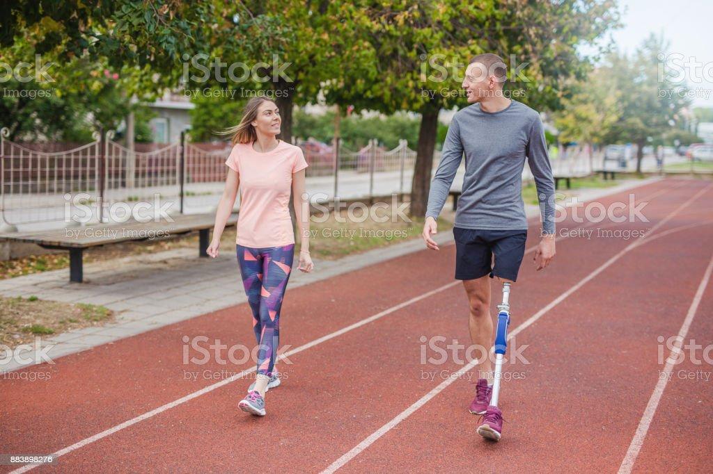 Junges Paar zu Fuß – Foto