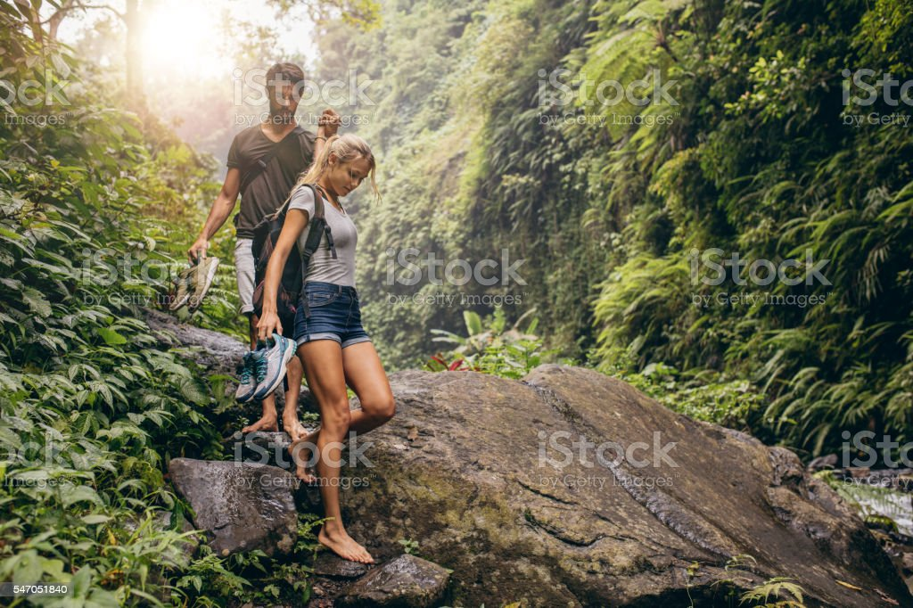 Young couple walking through the mountain trail. – Foto