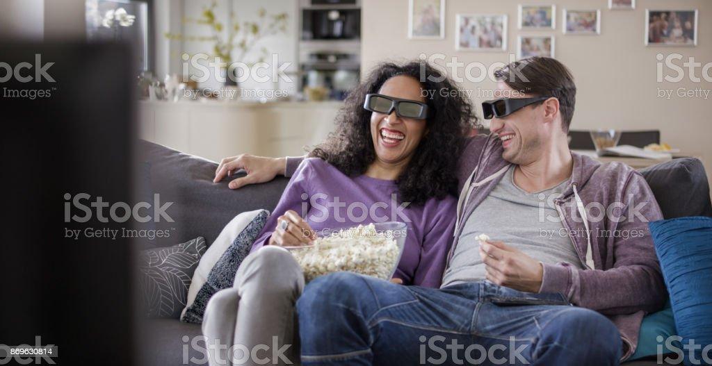 Junges Paar vor dem Fernseher mit 3D Brille – Foto