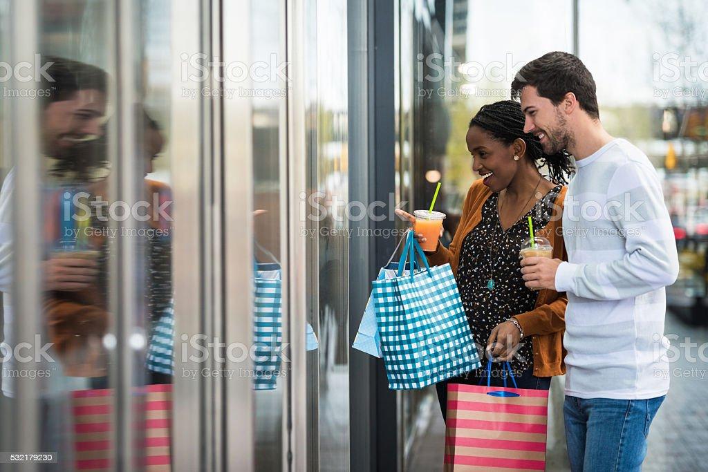 Jovem casal Olhando Vitrines - foto de acervo