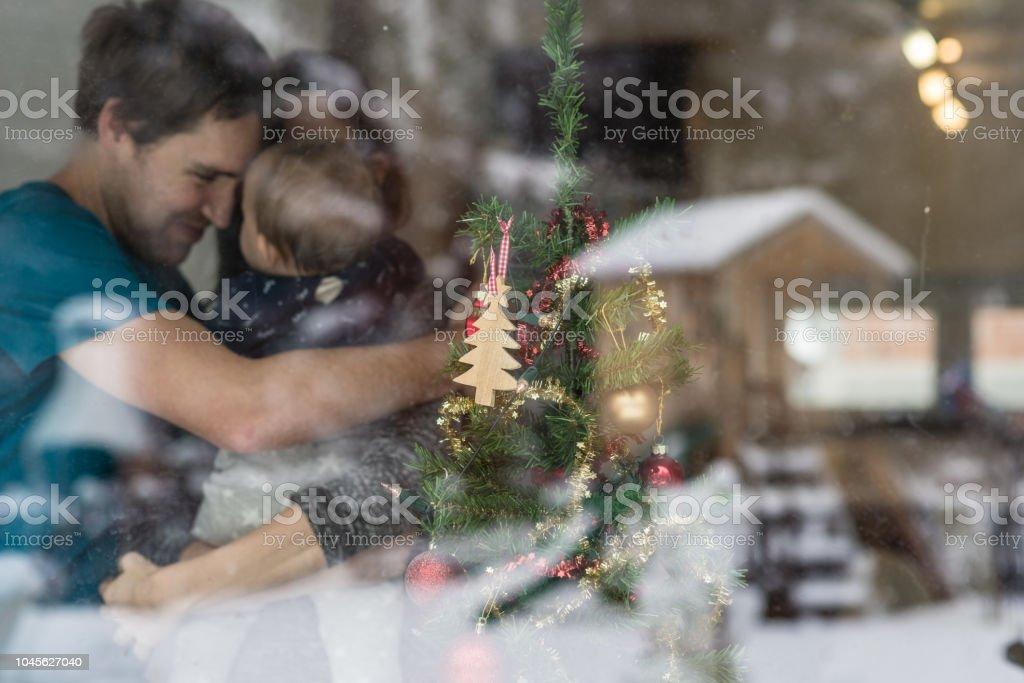 Junges Paar mit einem Baby neben ein geschmückter Weihnachtsbaum – Foto
