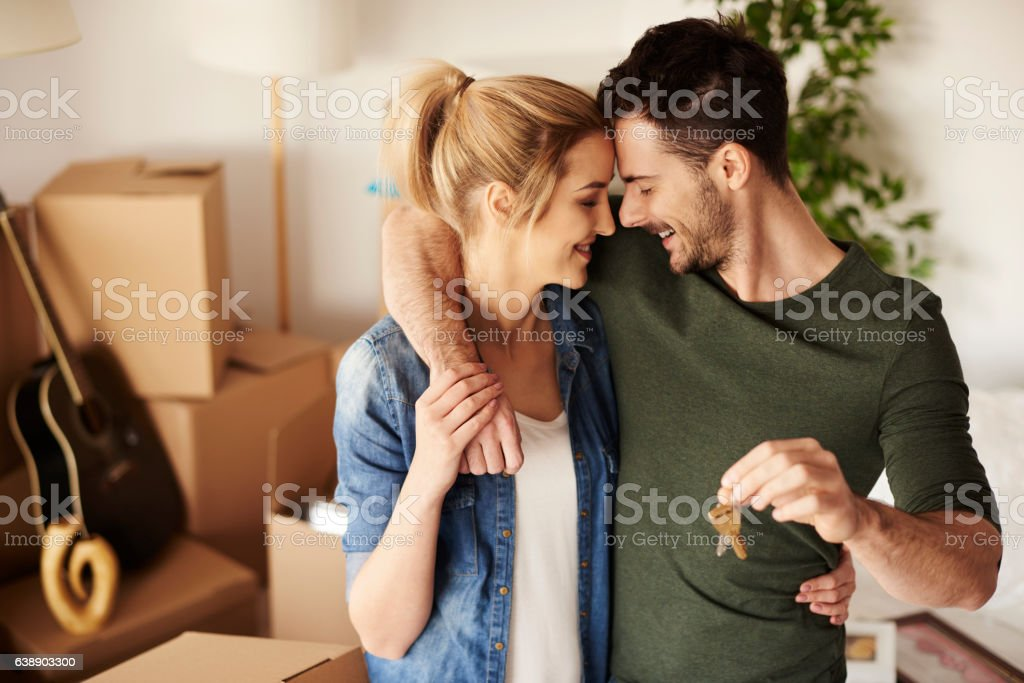 Young couple with a set of keys - foto de stock