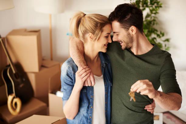 Young couple with a set of keys - foto de acervo