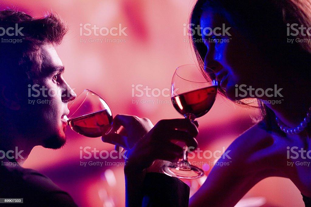 Junges Paar mit einem Glas Rotwein im restaurant, Feiern Lizenzfreies stock-foto