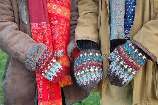 There is room for two hands in the couple-mitten so that you can holde hands even though it is cold outdoors.
