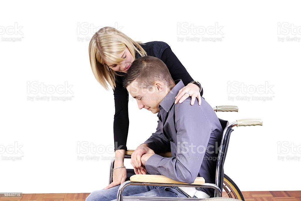 Junges Paar mit Mann im Rollstuhl Lizenzfreies stock-foto