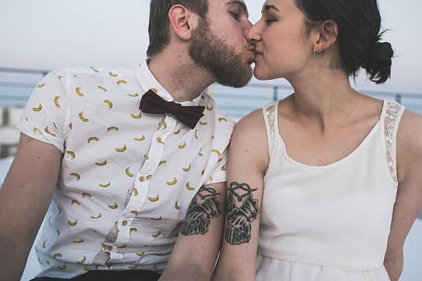 schöne paar in nahaufnahme - ehepaar tattoos stock-fotos und bilder