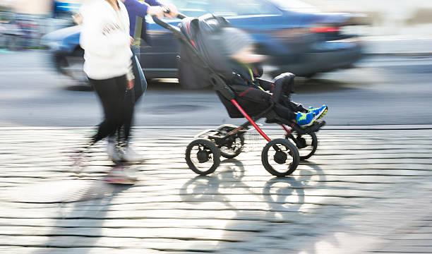 Junges Paar mit Kinderwagen – Foto
