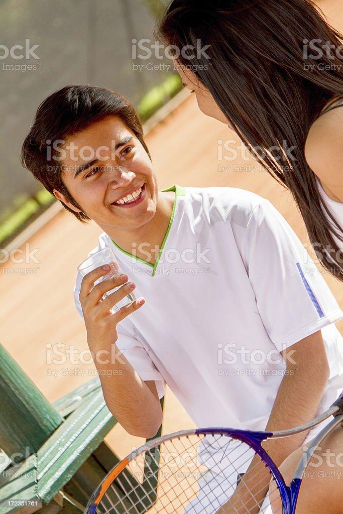 Pareja joven con una raqueta de tenis foto de stock libre de derechos