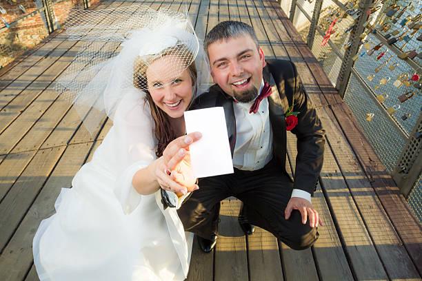 junges paar, das der lotterie - hochzeitskleid marken stock-fotos und bilder